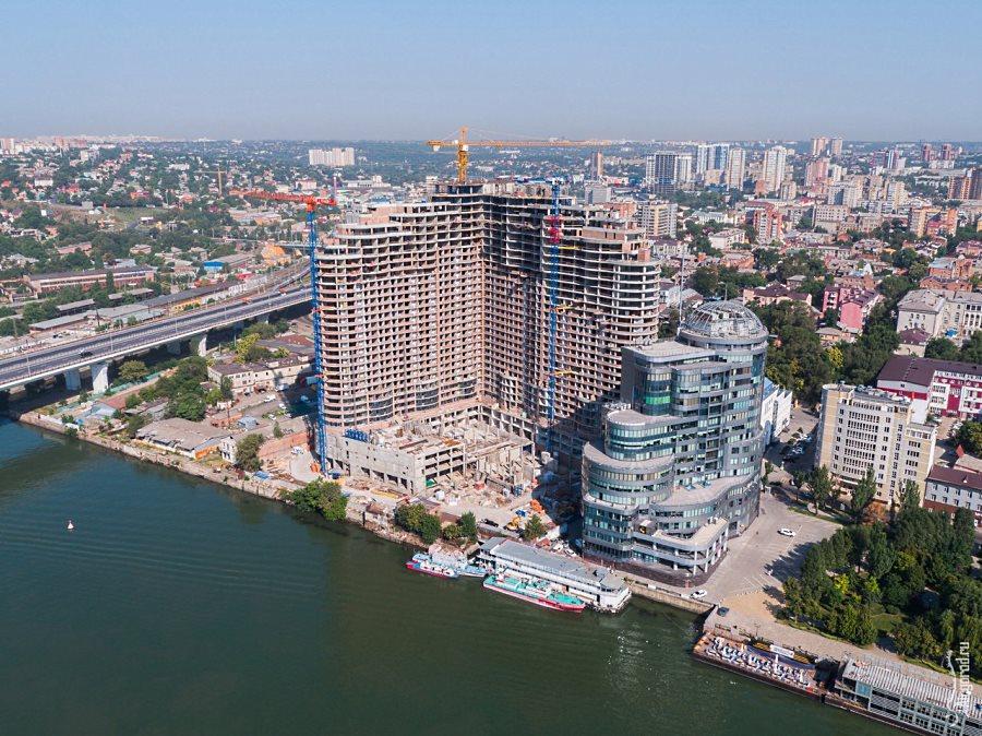 Панорамный вид сверху на жилищный комплекс рядом с рекой в Ростове-на-Дону