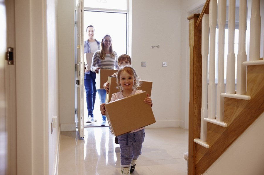 Счастливая семья в новой квартире приобретенной с помощью гос поддержке